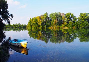 Boot in einem ruhigen Flußabschnitt der Isar des Kreisfischereivereins Dingolfing e.V.