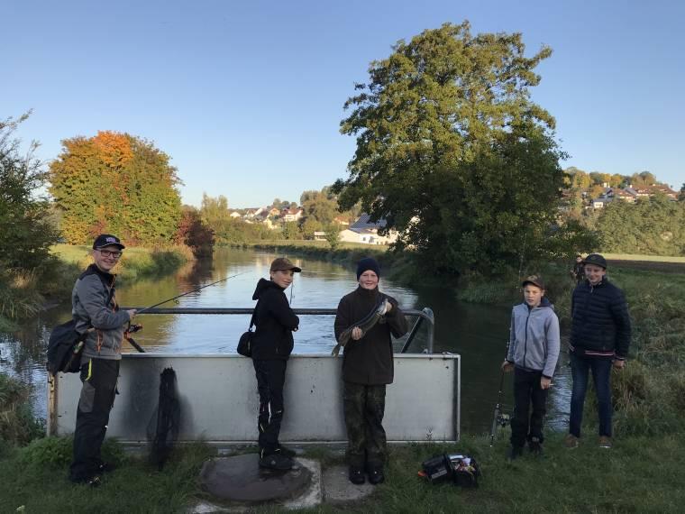 Jugendgruppe beim Spinnfischen an der Vils